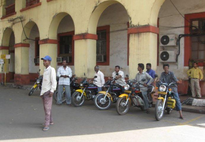 Hindistan'da motorlarla ulaşımı sağlamak çok yaygın