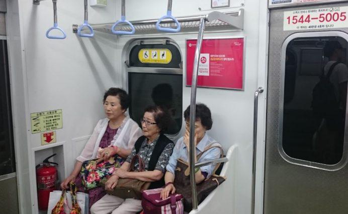 Teyzeler Arasında Küt Saç Moda-Yaşlılar İçin Ayrılan Koltuklara Hiç Kimse Oturmaz