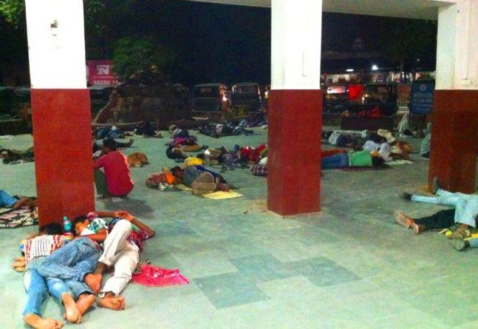 Hindistan'da Sokakta Yatan İnsanlar. Göreceğin Manzara Aynen Böyle Olacak