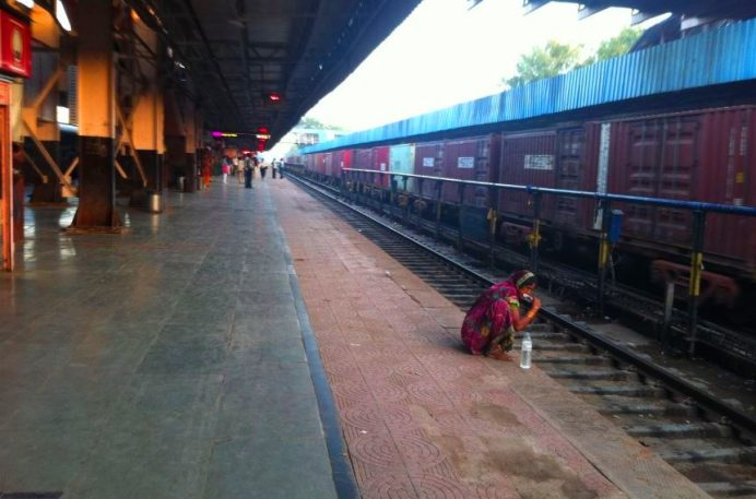 Hindistan Tren İstasyonları (O kadar pisliğin içerisinde dişlerini fırçalayan Hintli bir kadın)