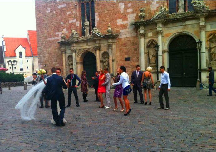 Kilisenin Önünde Evlenen Letonyalılar